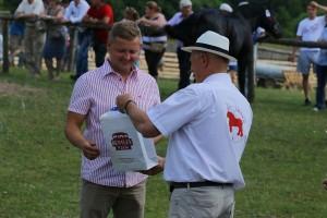 Prezes WZHK Pan Andrzej Ślepowroński wręcza nagrodę z Funduszu Promocji Mięsa Końskiego Panu Bogumiłowi Sawczuk